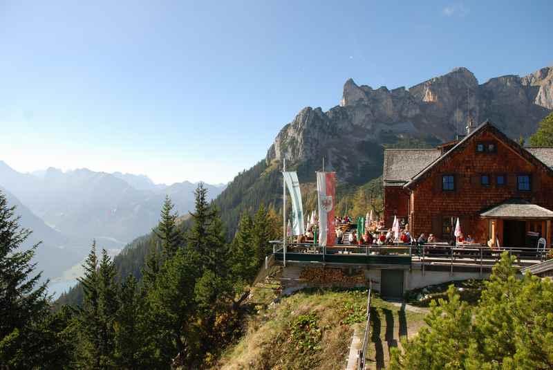 Das ist die Erfurter Hütte im Rofan - ein beliebtes Wanderziel von Frühling bis Herbst