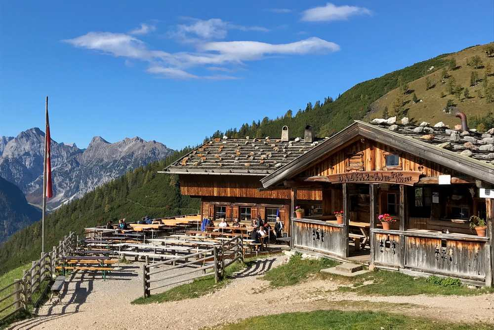 Urige Rofan Hütte - die Dalfazalm mit den Zacken des Karwendel