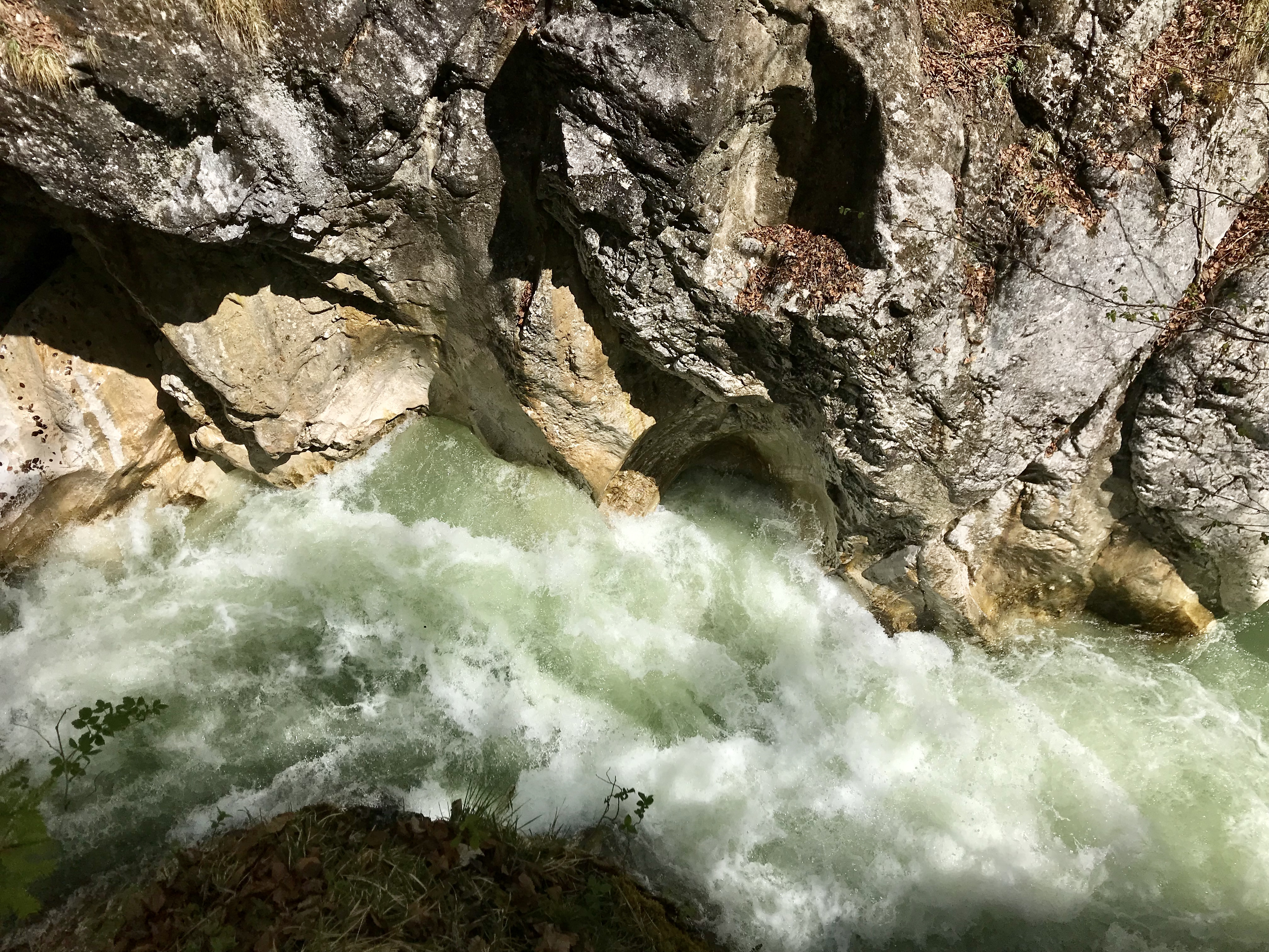 Das rauschende Wasser in der Kaiserklamm in Tirol