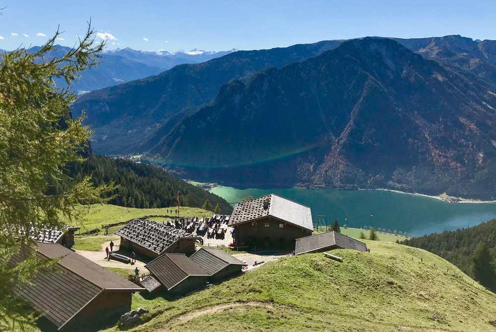 Die schönen Rofan Hütten mit Bergblick - hier die Dalfazalm