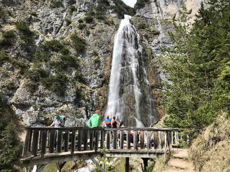 Die Aussichtsplattform beim größten Wasserfall im Rofan am Achensee