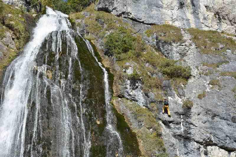 Klettersteig neben dem Dalfazer Wasserfall - kleiner Kletterer mit großem Wasserfall