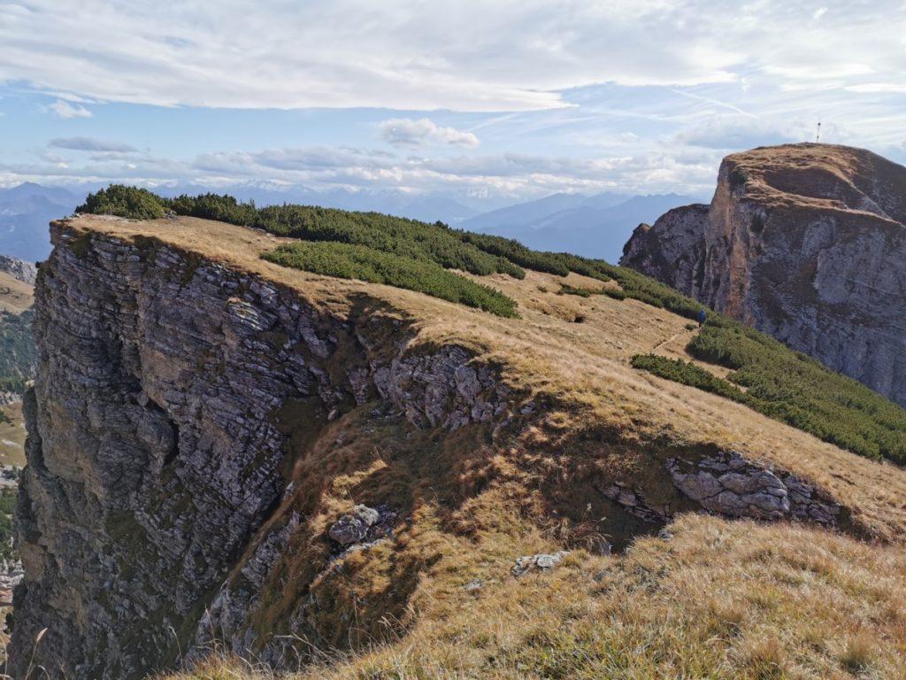 Richtung Hochiss wandern - der Blick zurück zum Dalfazjoch - siehst du den kleinen Wanderer am Weg?