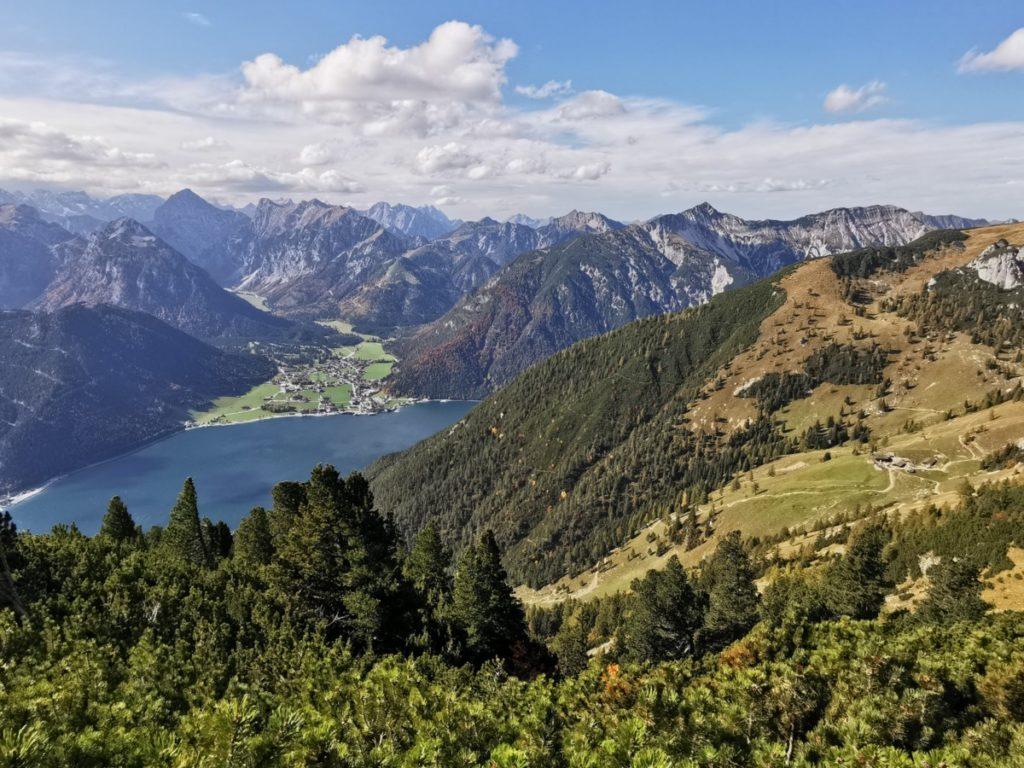 Rofan wandern: Du kannst im Rofangebirge wandern, auf den Achensee schauen mit den Spitzen im Karwendel