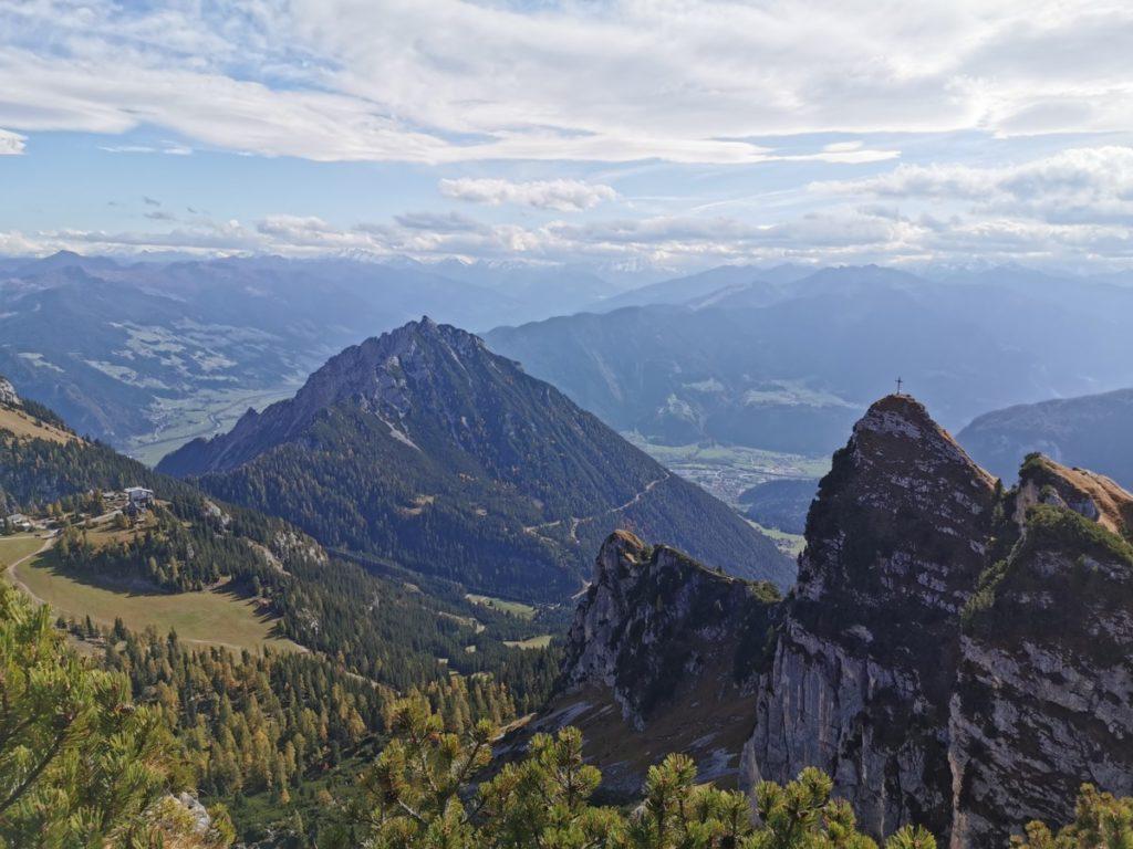 Rofan wandern: Blick zurück auf die Rotspitze (mit dem Kreuz)