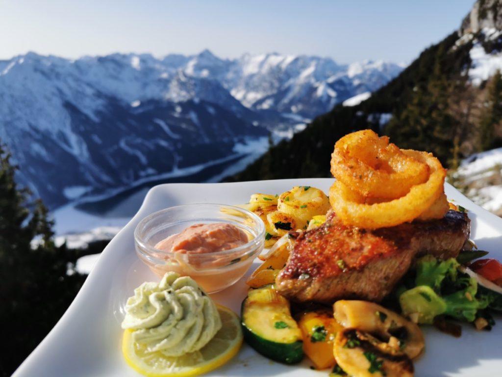 Erfurter Hütte Steak mit Blick auf die Berge