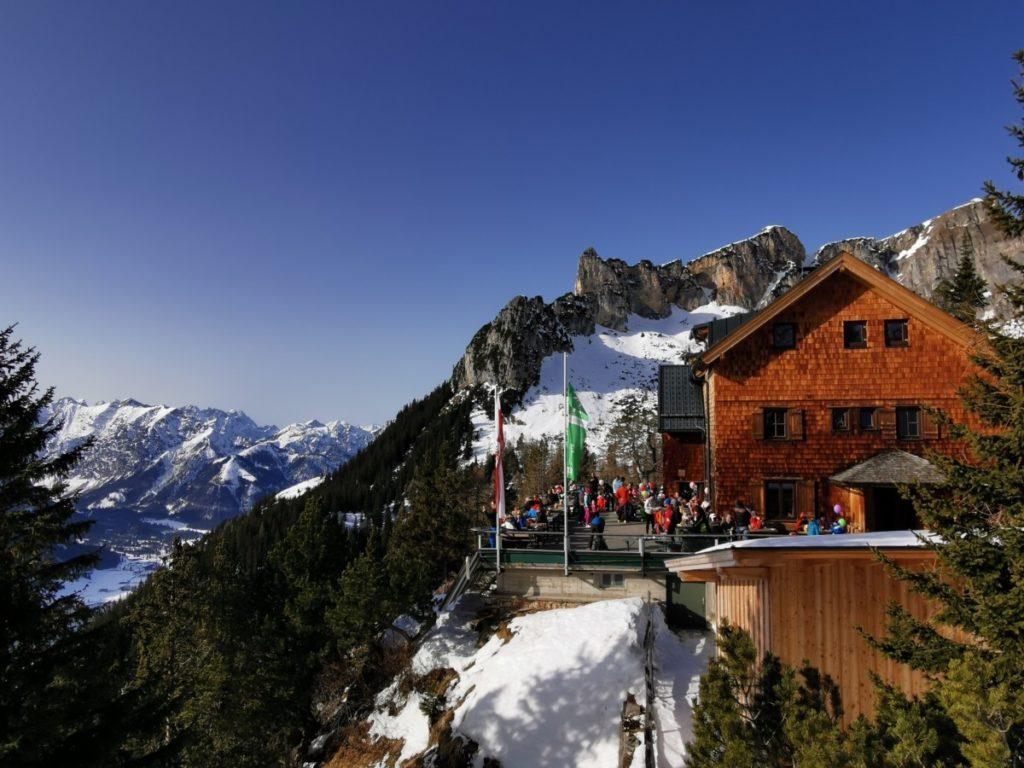 Die Erfurter Hütte - hier startet die Winterwanderung bei der Bergstation der Rofanseilbahn