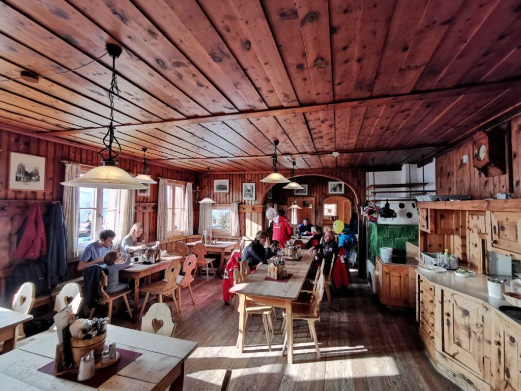 Der Blick in die urige Stube der Erfurter Hütte