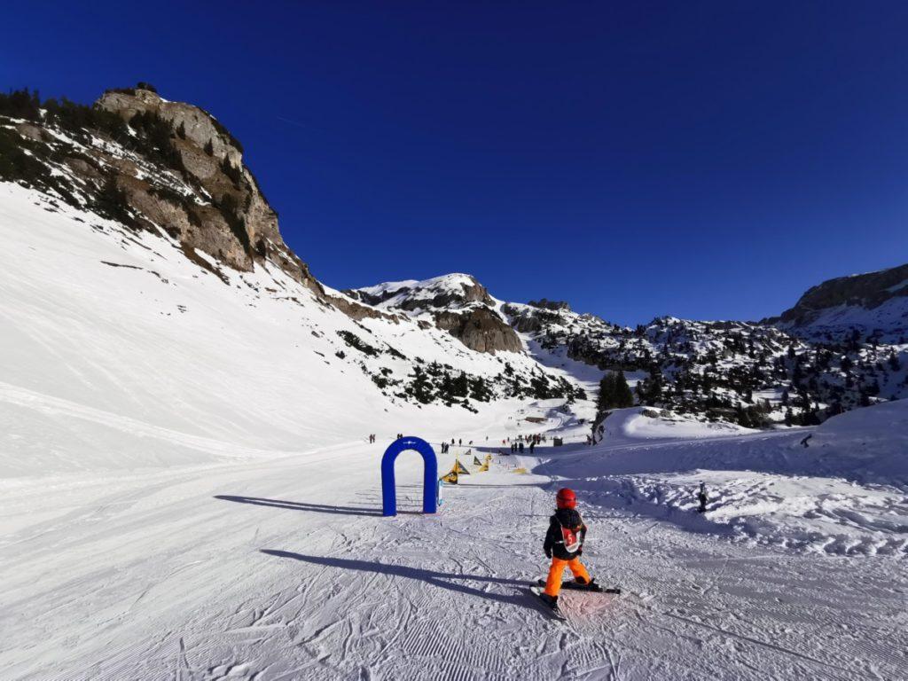 Winterwandern Rofan - nach ein paar Minuten kommst du zum Anfängerhügel - links siehst du hinten im Bild die Menschen beim Winterwandern