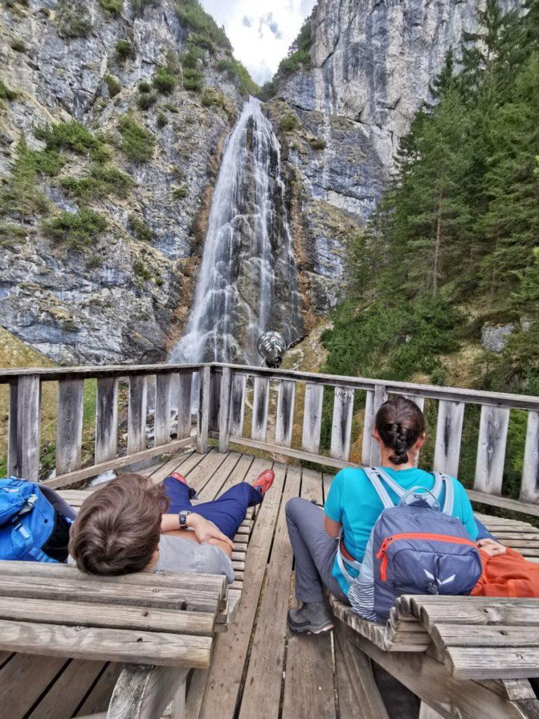 Zwischenstopp auf den Liegen beim Dalfazer Wasserfall