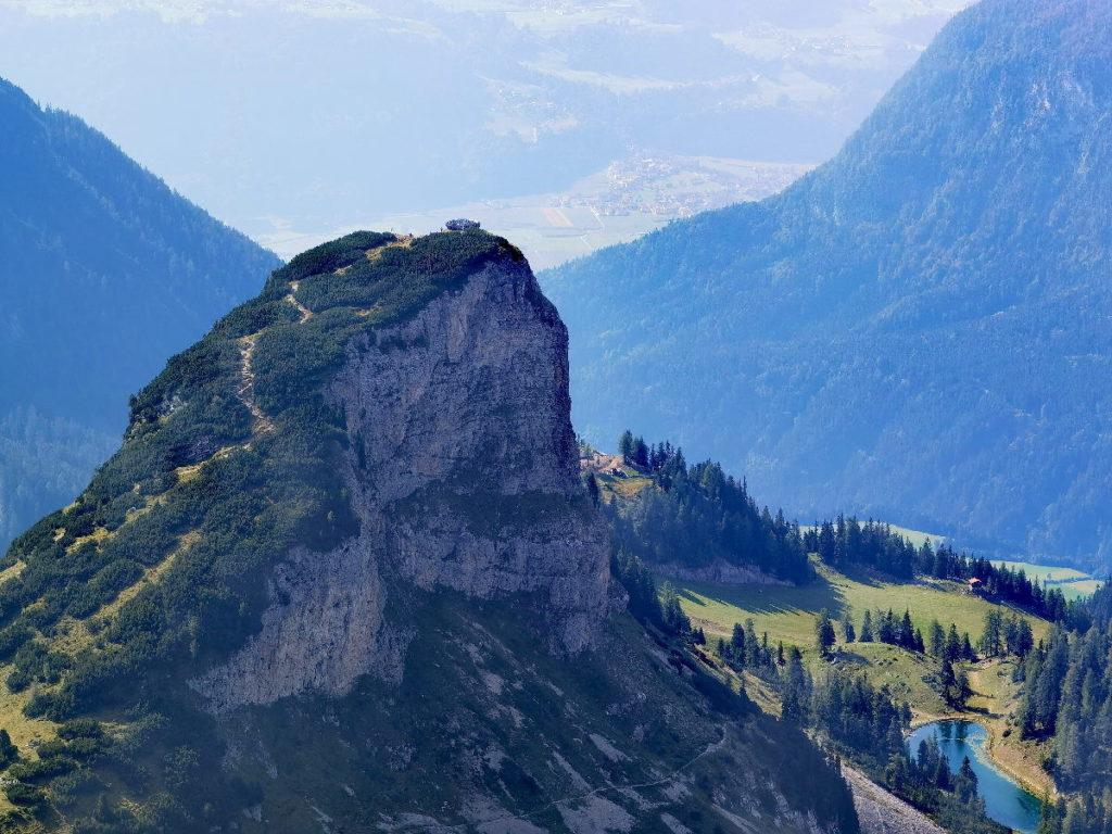 Hier siehst du den Wandersteig auf den Gschöllkopf - oben am Gipfel die Aussichtsplattform