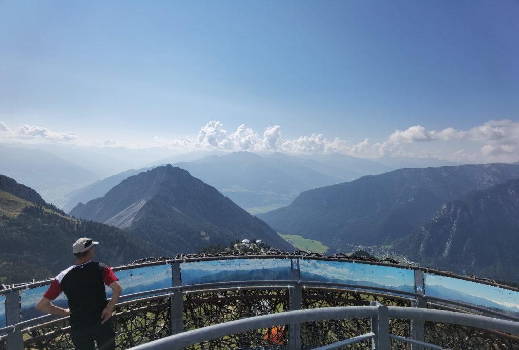 Der Blick vom Rofan über das Karwendel und Inntal auf die Zillertaler Alpen